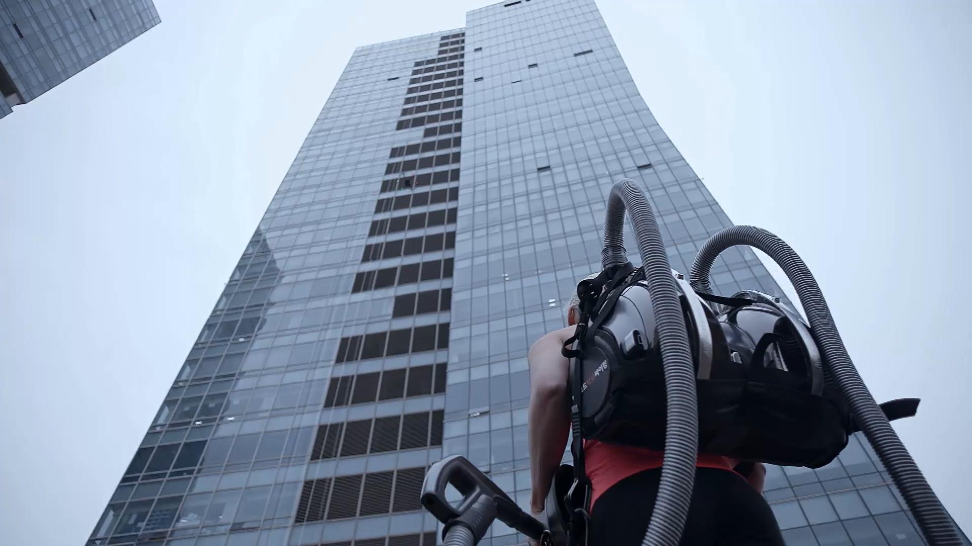 LG전자, 무선청소기 흡입력으로 33층 꼭대기까지 등반