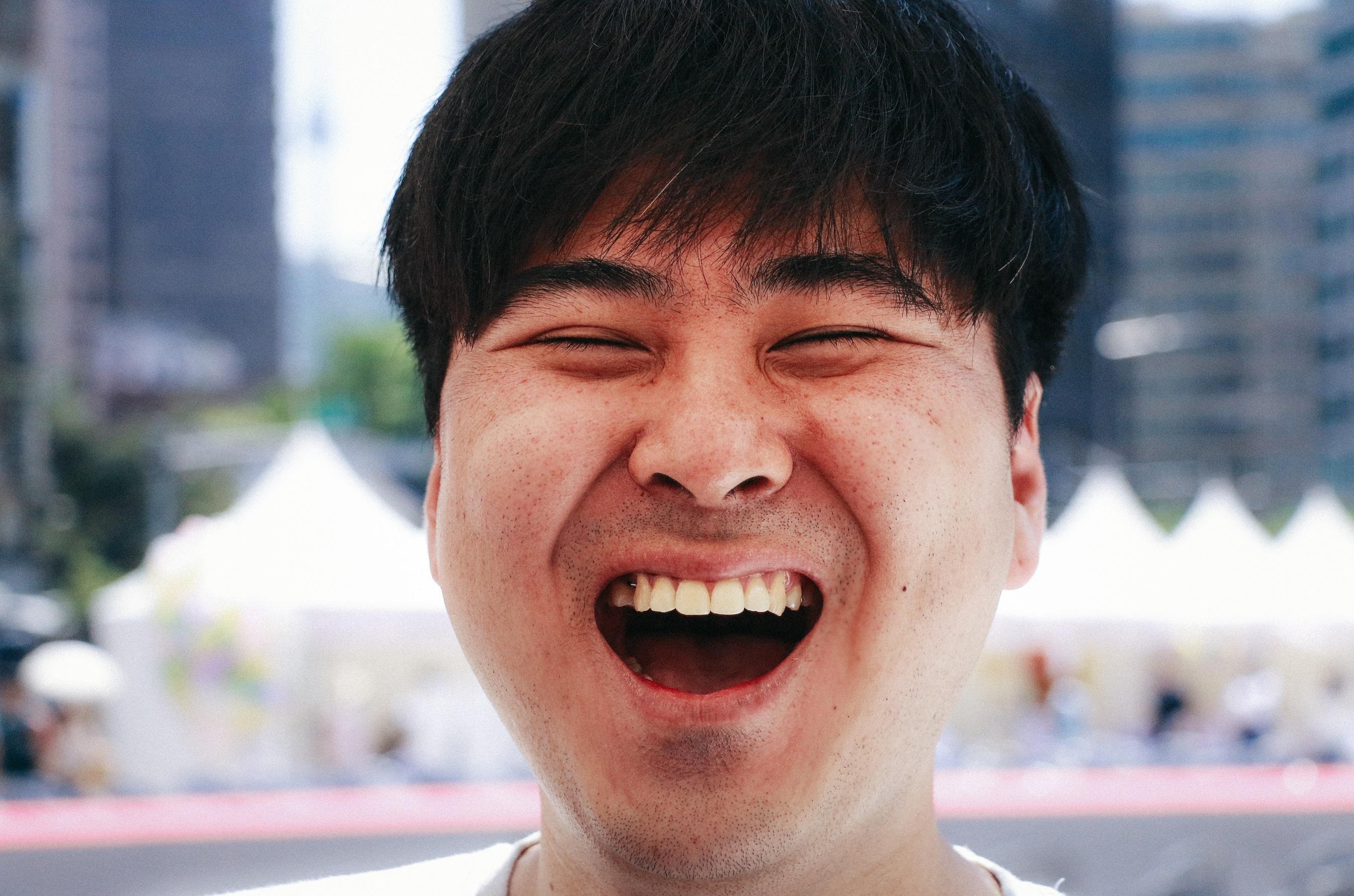 """서울 시민들의 '웃음'을 담은 '웃음사진전'이 13일 월요일부터 19일 일요일까지 7일간 서울시의회 1층 로비 갤러리에서 열린다. 문화기획 컴퍼니 주식회사 로운이 주최하고 서울특별시가 후원하는 이번 웃음사진전은 7월 23일 한강 세빛섬에서 개최되는 서울시민 웃음콘서트의 일환으로 '웃음' 문화를 상기하는 데 역점을 둔 웃음프로젝트다. 사진작가 Eric youn과 프리랜서 정은혜 아티스트, 신환수 시민작가 등이 각자의 여건 속에서 4월초부터 약 두 달여간 전부터 서울시에서 열리는 행사 현장 구석구석을 누비며 시민들의 다양한 '웃음'과 웃음으로써 더욱 행복해지려는 어르신들의 '웃음'을 현장에서 생생하게 담아낸 사진들이 전시된다. 이번 전시회에서는 '웃음'을 주제로 한 단체 웃음 사진 10점, 개인 웃음 사진 35점, 커플 웃음 사진 5점으로 엄선된 50여점의 사진을 만나볼 수 있다. 또한 이번 전시 기간 동안 '웃음' 사진에 대한 시민들의 반응을 종합해 최고의 웃음사진을 선발한다. 시상 내역은 '파랑웃음', '행복웃음', '파안대소', '행복미소', '웃음미인' 등 총 5개 부문이며 선발된 사진의 주인공에게는 사진 작품과 함께 웃음 상장을 증정할 계획이다. 시민이 행복한 웃음 캠페인으로 △웃음아카데미 △웃음운동공연 △'어르신을 위한 찾아가는 실버 웃찾사' 경로 웃음 프로젝트를 서울시 전역을 돌며 성공리에 진행한 바 있는 문화기획 로운의 황현모 대표는 """"현대사회를 바쁘게 살아가는 대부분의 사람들 얼굴에선 웃음보다 찡그림을 그리고 있는 모습이 많다""""며 """"이번 웃음 사진전을 통해 서울 시민들의 고된 삶 속에서 잠시라도 마음 편히 웃음을 찾아보고 또 웃을 수 있는 기회가 됐으면 한다""""고 말했다. 한편 이번 웃음 프로젝트는 5월에 열린 실버웃찾사에 이어 웃음을 주제로 웃음 운동 캠페인, 웃음 아카데미 등 다양한 웃음 캠페인이 진행되며 7월 23일 한강 세빛섬 특설무대에서는 SBS 웃찾사 출연 개그맨들이 총출동하는 '웃음콘서트'로 하이라이트를 장식할 계획이다."""