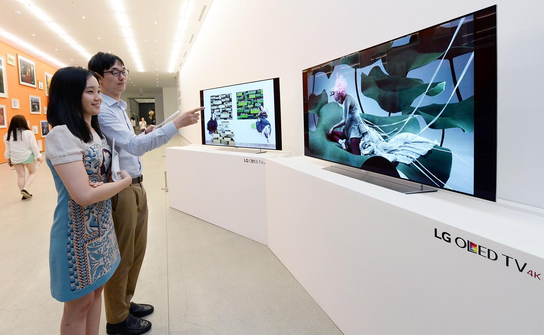 국립현대미술관 서울관에서 올레드 TV로 한국 대표 사진작가들의 작품 소개