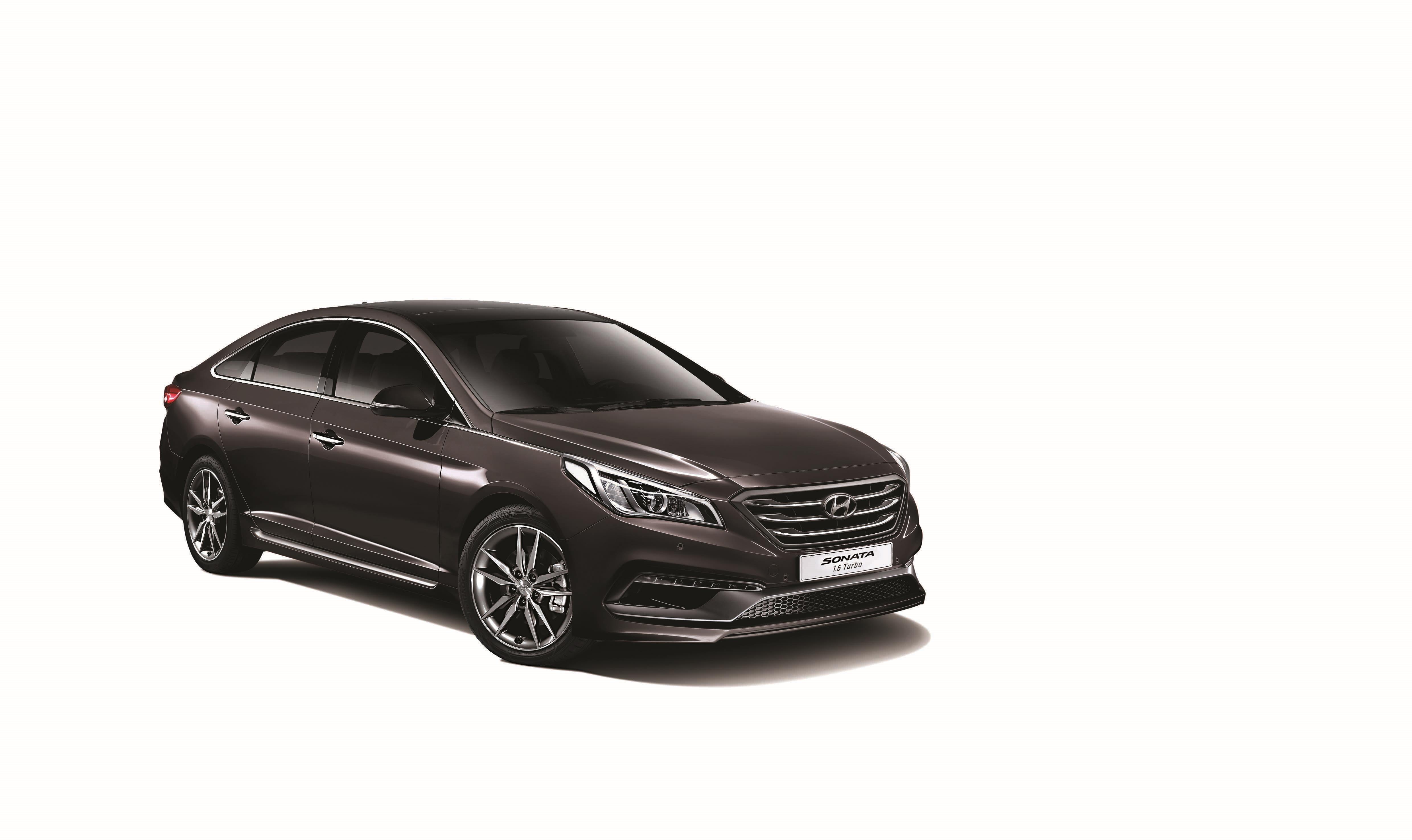 대한민국 대표 중형 세단 쏘나타가 여름철 맞춤형 차량으로 새롭게 태어난다. 현대차는 여름철 특화 선호 사양들을 쏘나타 1.6 터보 모델에 합리적인 가격으로 기본 적용한 '쏘나타 썸머 스페셜 에디션(Summer Special Edition)'을 출시하고 지난 1일부터 판매에 들어갔다고 밝혔다. '썸머 스페셜 에디션'은 7월부터 10월까지 3개월간 판매되는 한정 트림으로, 기존에는 상위 트림에서만 선택할 수 있었던 여름철 고객 최우선 선호 사양들을 하위 트림으로 확대 적용해 고객들의 만족도를 더욱 높인 것이 특징이다. 먼저 '앞좌석 통풍 시트'와 '듀얼 풀 오토 에어컨'을 기본 적용해 운전석 뿐만 아니라 동승석 고객까지 시원한 여름철을 보낼 수 있도록 했다. 또한 장마철과 같이 비가 많이 오는 경우에도 항상 시야를 확보할 수 있도록 자동으로 김 서림을 제거해주는 '오토 디포깅 시스템'과 이온을 발생시켜 차량 내부의 바이러스를 제거해주는 '클러스터 이오나이저'를 기본 탑재해 고객이 더욱 쾌적한 여름을 보낼 수 있도록 배려했다. 이외에도 ▲앞좌석 전동시트 ▲앞좌석 전동식 럼버써포트(허리지지대) ▲앞면 자외선 차단 유리 ▲스마트 트렁크 시스템 ▲버튼시동 스마트키 등 다양한 고급 편의사양을 함께 적용해 상품성을 더욱 높였다. 특히 현대차는 ▲HID 헤드램프 ▲열선 스티어링휠 ▲뒷좌석 열선시트 ▲뒷좌석 암레스트(스키쓰루 포함) 등 겨울철 선호 사양 위주로 구성된 '윈터 패키지'를 옵션으로 선택할 수 있도록 해 고객의 선택 폭을 넓혔다. 쏘나타 1.6 터보 모델의 가격은 ▲스타일 2,420만원 ▲썸머 스페셜 에디션 2,580만원 ▲스마트 2,690만원 ▲스마트 스페셜 2,872만원이다. 현대차는 대한민국 대표 중형 세단으로서 여름철 고객 선호 사양들을 기본 적용한 '쏘나타 썸머 스페셜 에디션'을 합리적인 가격에 선보임으로써 최고의 만족감을 누구나 누릴 수 있도록 했다고 밝혔다.